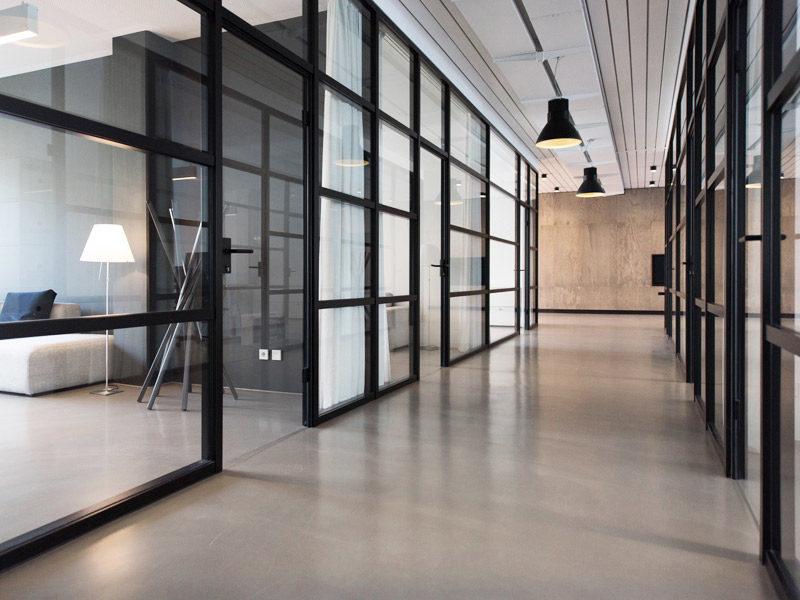 Wady i zalety szklanych ścianek działowych