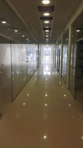 firma z drzwiami szklanymi
