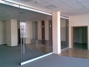 szklane drzwi i ścianki