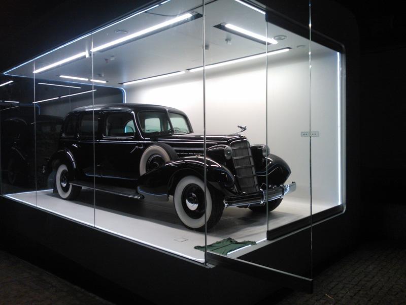 Szklana brama garażowa dla auta Józefa Piłsudskiego