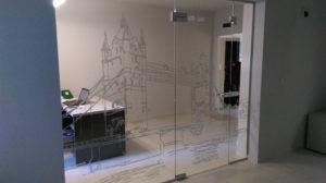 nowoczesne drzwi szklane z motywem zamku