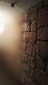 grube szkło zamocowane do ściany