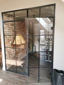 duże szklane drzwi