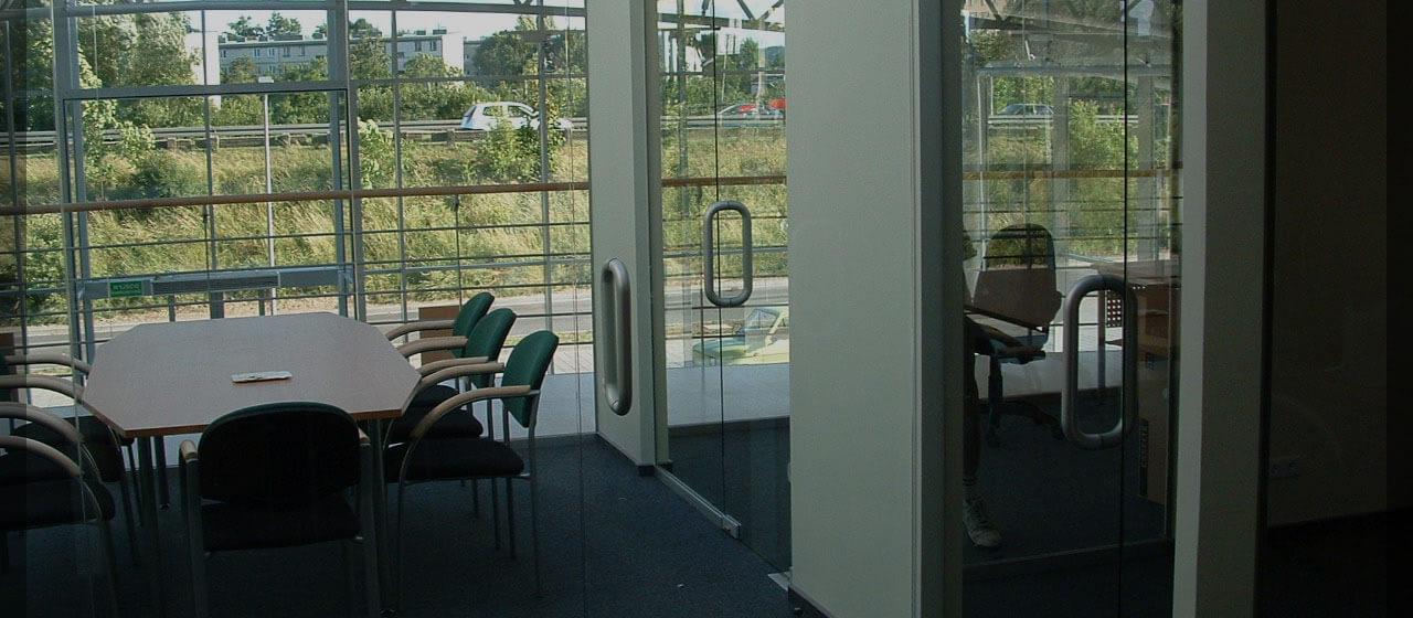 zamontowane szklane drzwi w firmie