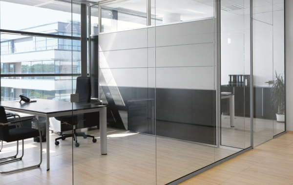nowoczesna firma z szklanymi ścianami i drzwiami