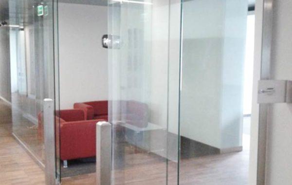 Przesuwne drzwi ze szkła – doskonała alternatywa dla tradycyjnych drzwi