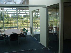 biuro ze szklanymi ścinami i drzwiami