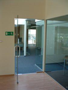 szklane drzwi z metalowym uchwytem