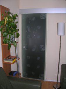 szklane drzwi z motywem