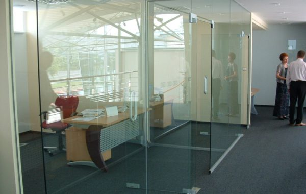 szklane ścianki i drzwi w firmie