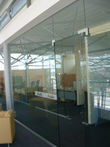 szklana ściana z drzwiami