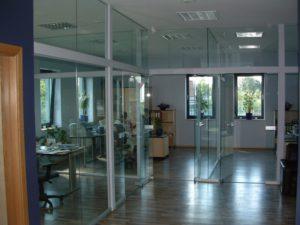 drzwi i szklane ściane
