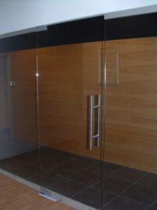szklana ściana wraz z drzwiami