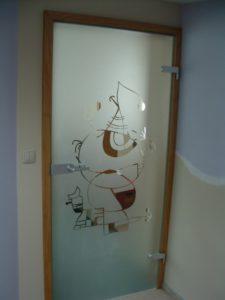 mleczna szyba w drzwiach z motywem