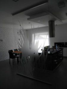 szklana ścianka w domu z motywem