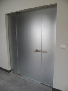 solidne szklane drzwi