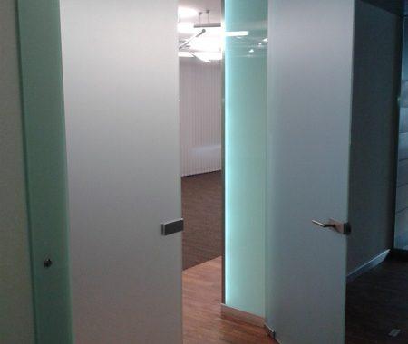 szklane drzwi w odcieniu mlecznym