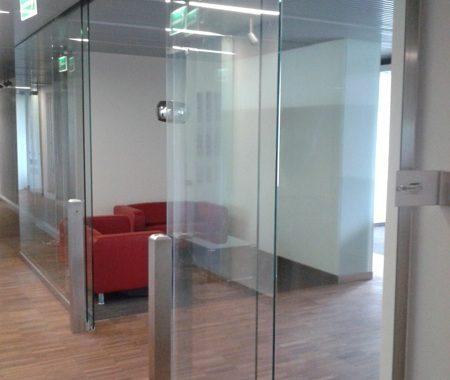 szklane drzwi i ściana
