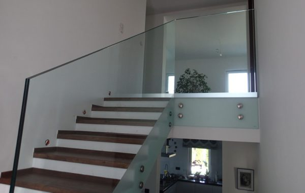 schody ze szklaną poręczą