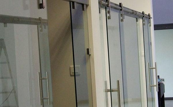 zamontowanie drzwi szklanych