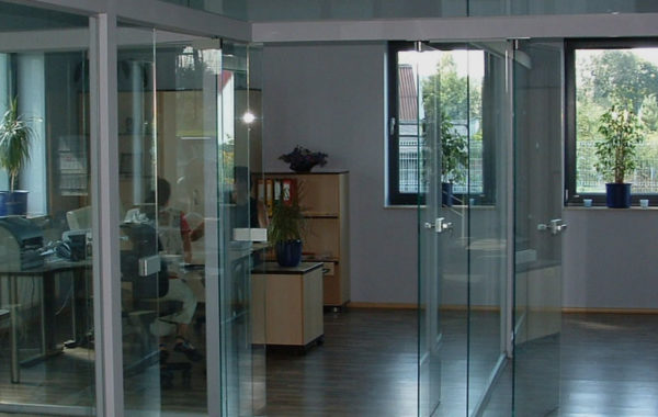 szklane drzwi w firmie