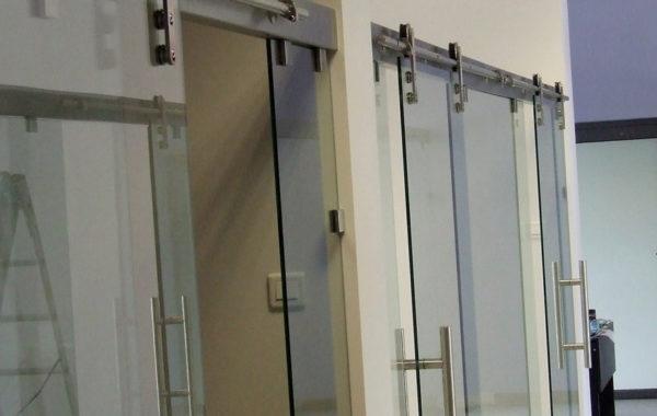 zamontowane szklane drzwi